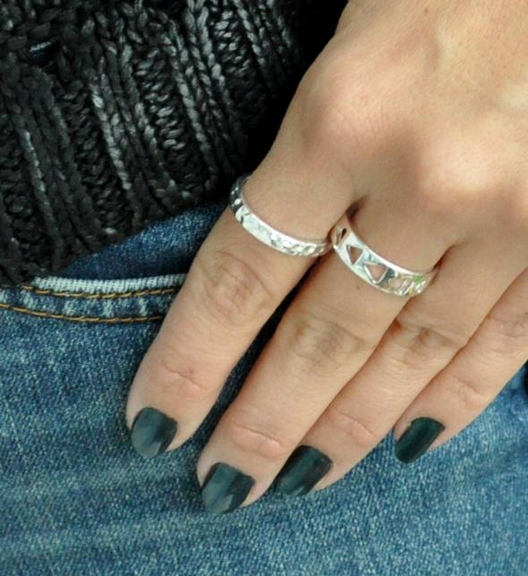 dwa pierścionki obrączki