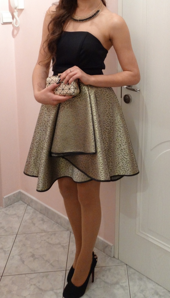 Rozkloszowana sukienka czarno złota