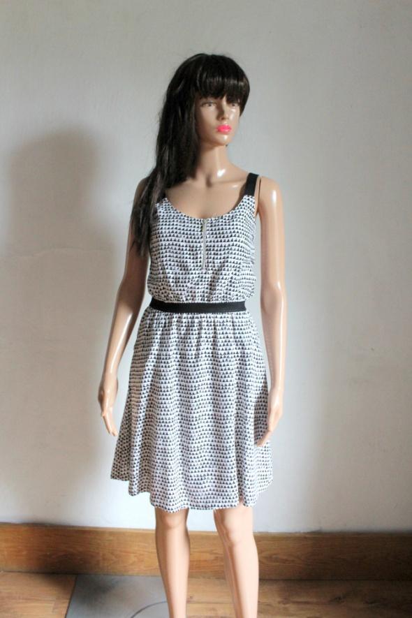Zwiewna biała sukienka w czarno wzory r S
