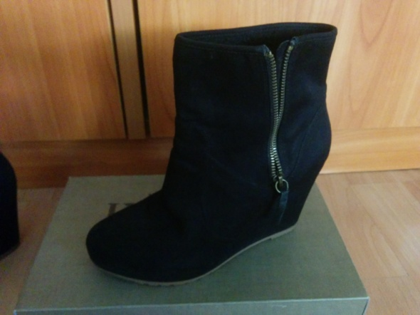 Czarne zamszowe sneakersy...