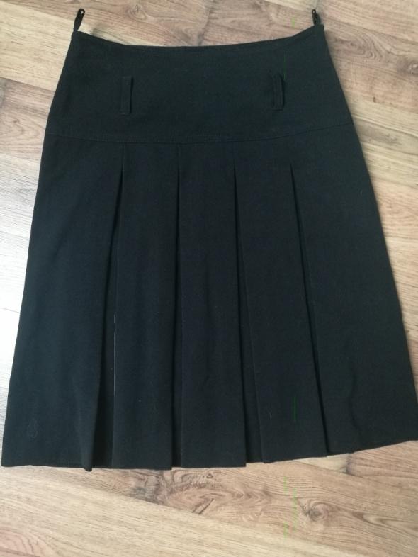 Czarna spódnica do pracy i szkoły