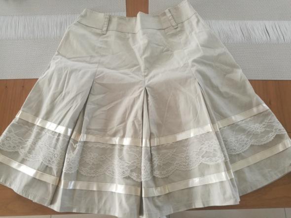 Beżowa spódnica koronka