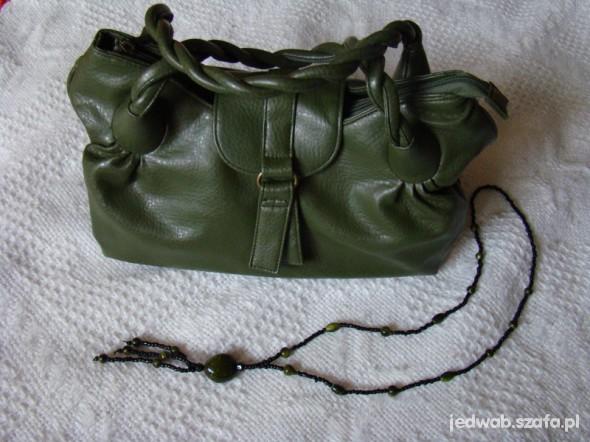 Zielona torebka z plecionymi uszami...