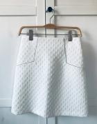Biała spódnica ze srebrnymi akcentami...