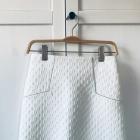 Biała spódnica ze srebrnymi akcentami