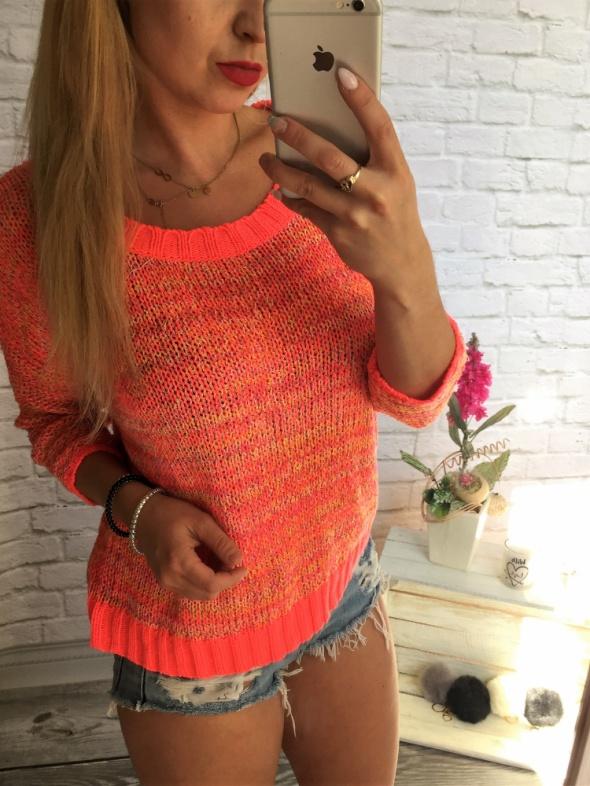 Brzoskwiniowy neonowy sweterek