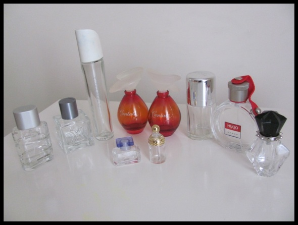 Zestaw pustych flakonów butelek po perfumach...