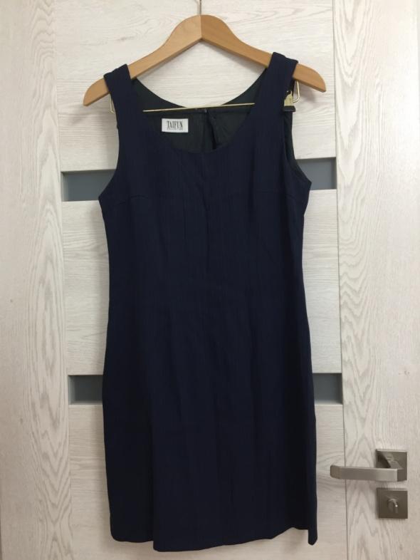 Klasyczna granatowa suknia
