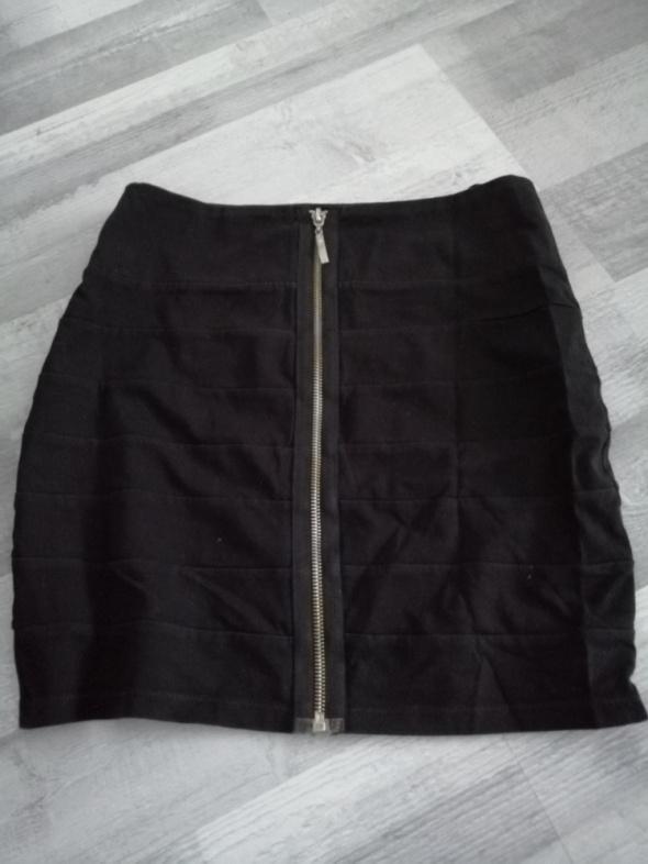 Czarna spódniczka z zamkiem