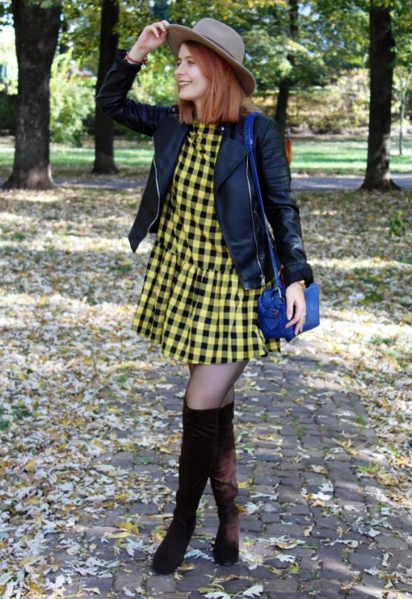 Żółta sukienka w kratę