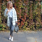 Jesienny zestaw z białym płaszczem