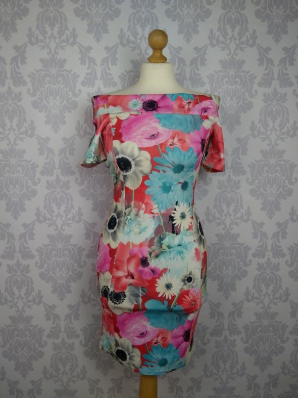 Ołówkowa dopasowana sukienka w kwiaty odkryte ramiona Quiz