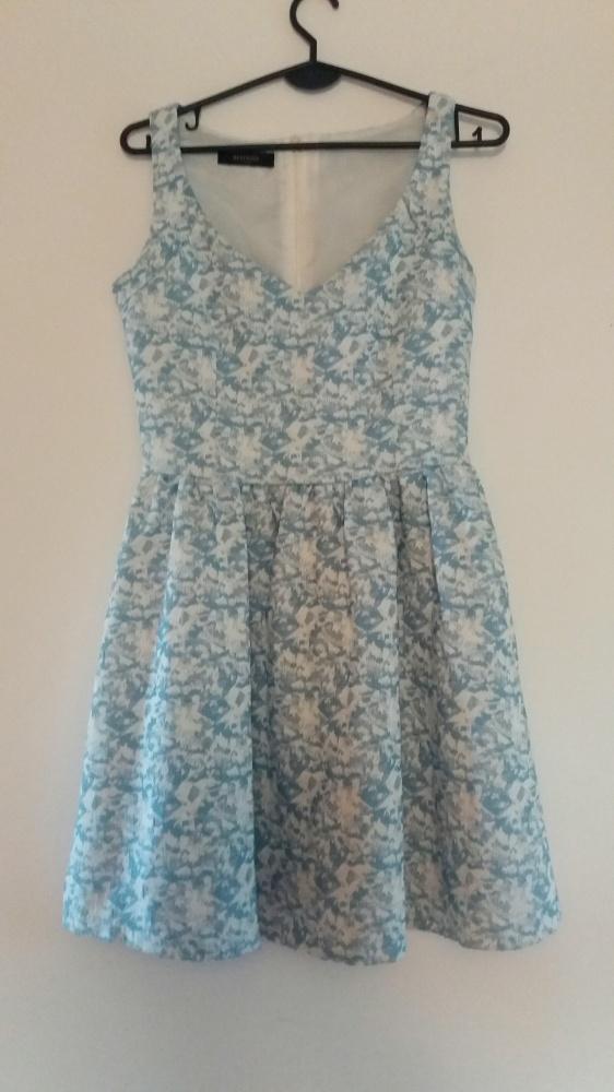 Żakardowa rozkloszowana sukienka Reserved biało błekitna...