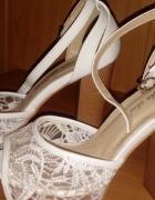 Koronkowe buty na słupku