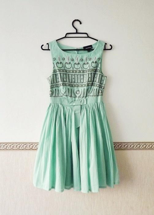 Miętowa bogato zdobiona rozkloszowana sukienka...