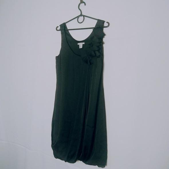 3a6afe7f36 Suknie i sukienki H M Czarny granat sukienka motyw kwiaty przy dekolcie  zakładana u dołu