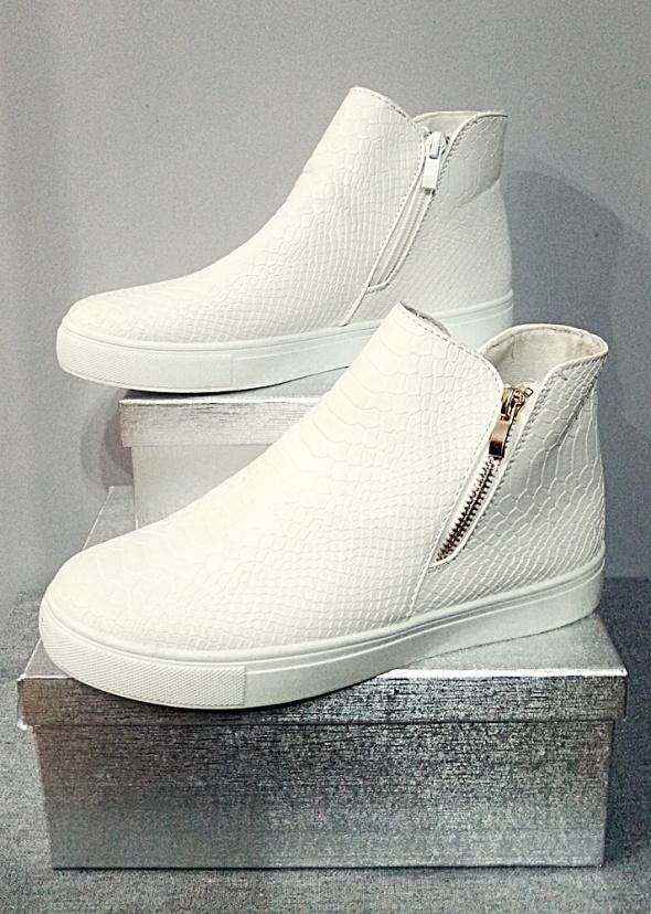 Sneakersy białe ze żmijki
