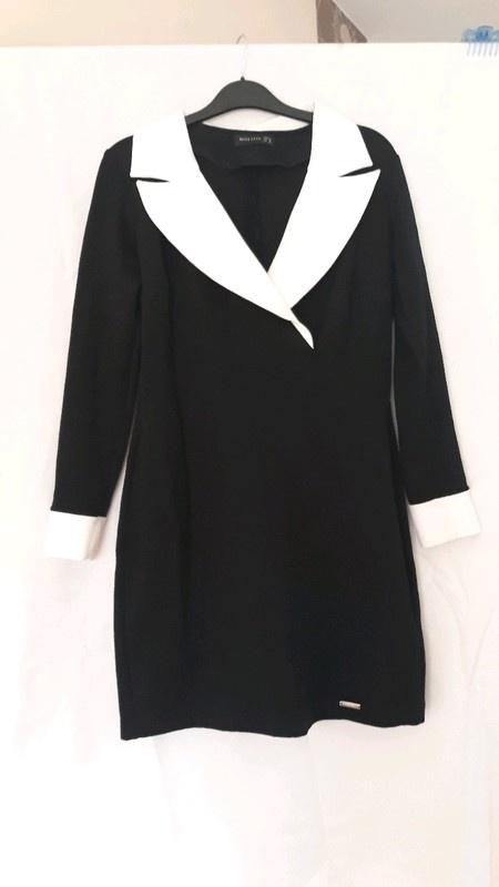 Elegancka sukienka czarno biała koszulowa z kołnierzem kopertow...