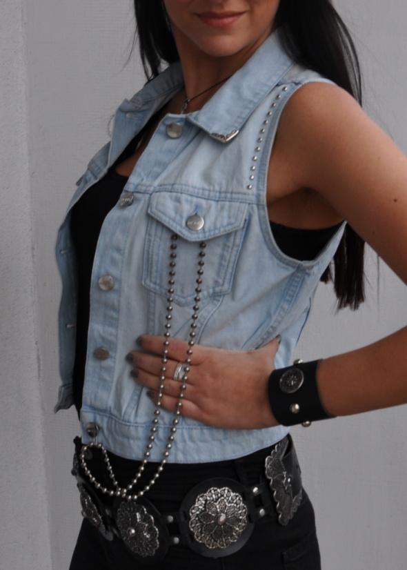 jeansowa kamizelka z ćwiekami i łańcuchem