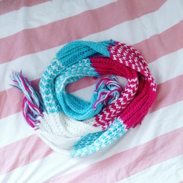 Niebiesko różowy kolorowy szal na zimę