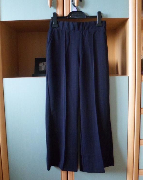 Granatowe spodnie eleganckie w paski Bershka kuloty cygaretki