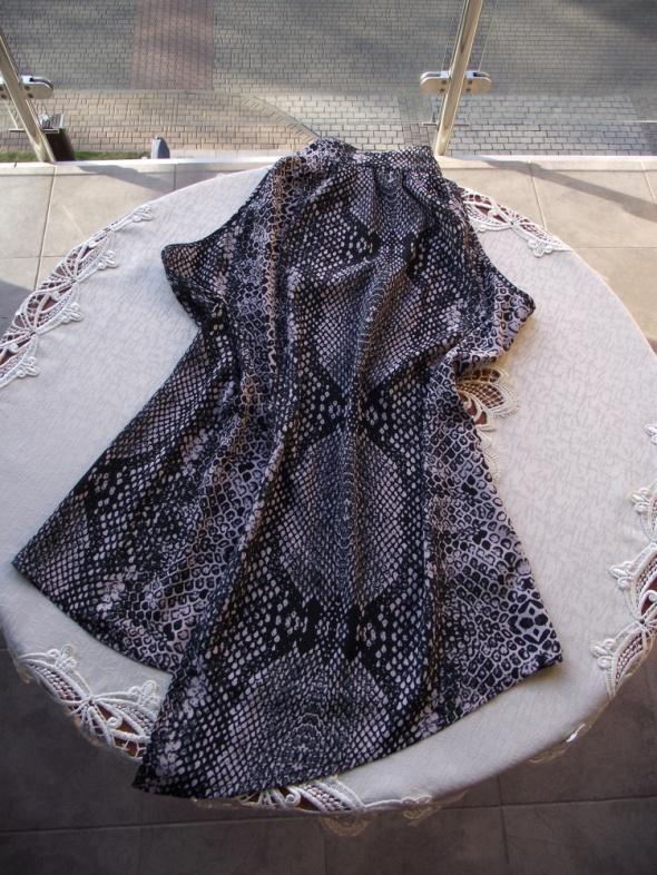 Cienka zwiewna asymetryczna bluzka w wężowy deseń