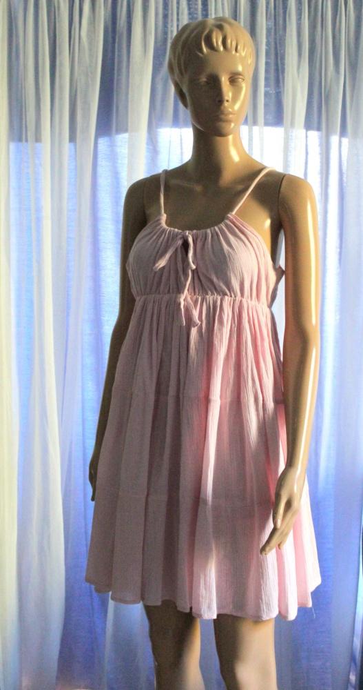 Letnia sukienka w kolorze pudrowego różu odcinana pod biustem r...