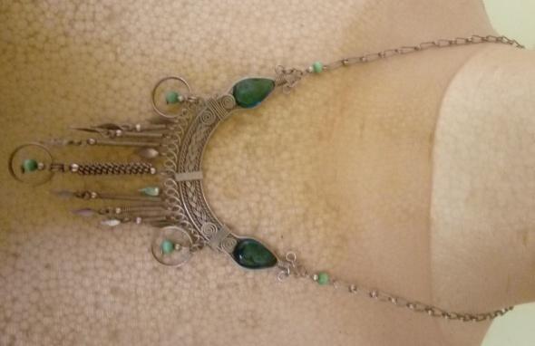 srebrny naszyjnik z zielonym
