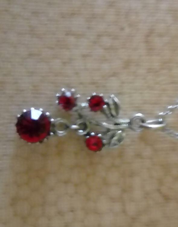 Łańcuszek z zawieszką gałązka czerwone cyrkonie