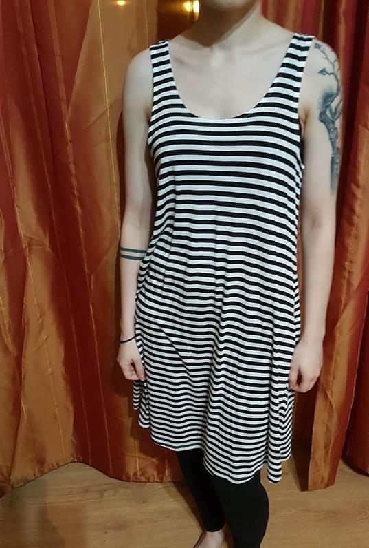 Luźna sukienka w paski czarno biała