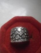 Srebrny pierścionek oksydowana obrączka z cyrkonią