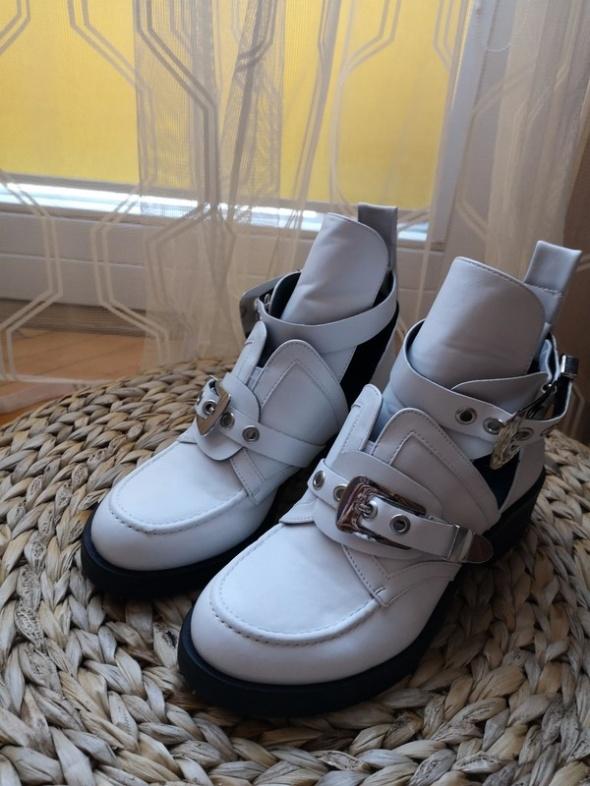 Nowe białe botki