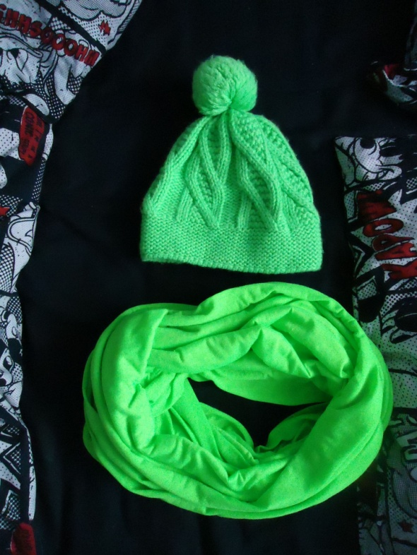 Komplet zimowy czapka z pomponem i szal komin neon