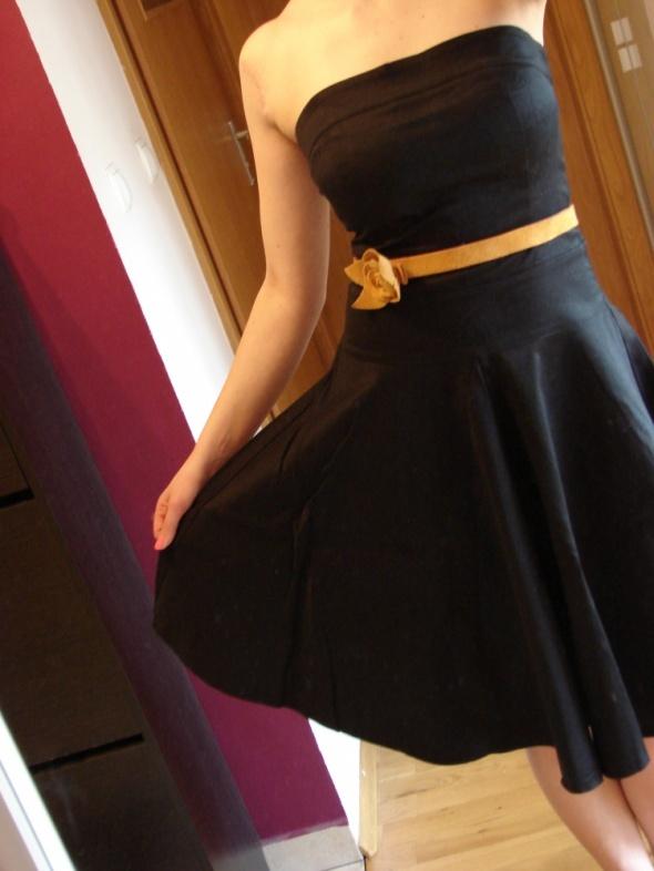 Czarna rozkloszowana sukienka TOPSHOP...