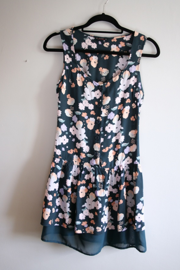 Zielona krótka sukienka w kwiaty