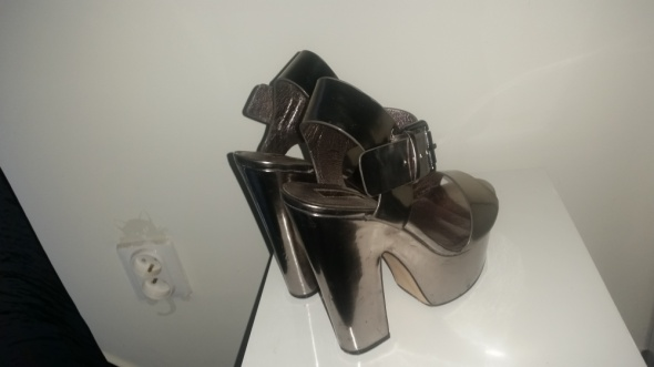 Srebrne buty na korku