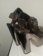 Srebrne buty na korku...