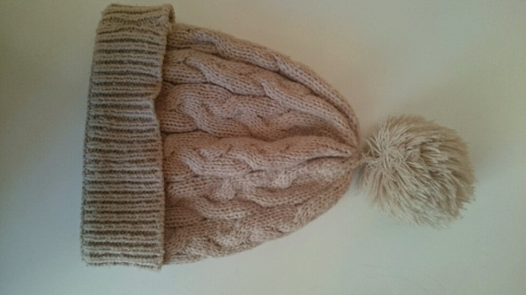 brązowa czapka z pomponem