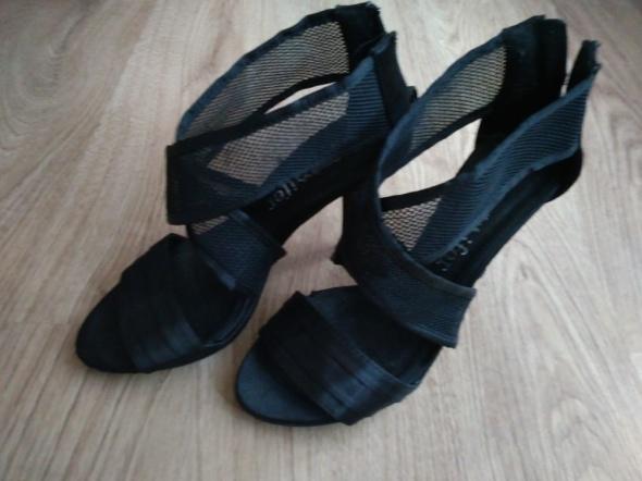 Czarne bandażowe sandałki na szpilce