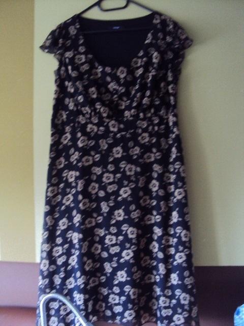 sukienka w beżowe kwiatuszki