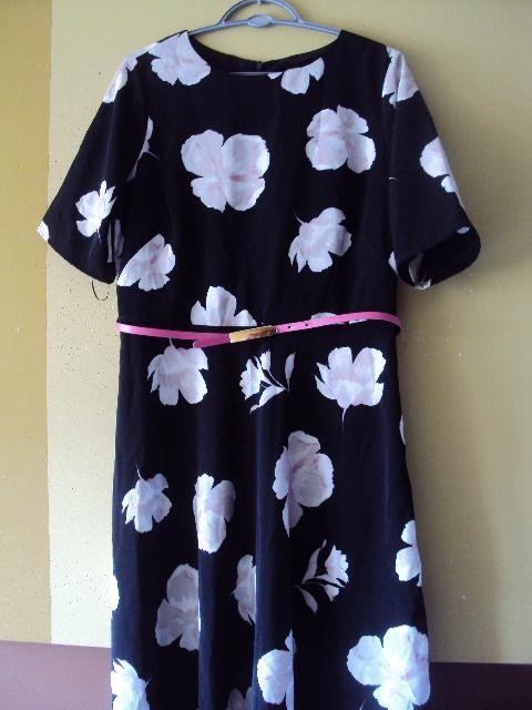 sukienka z kwiatowym motywem