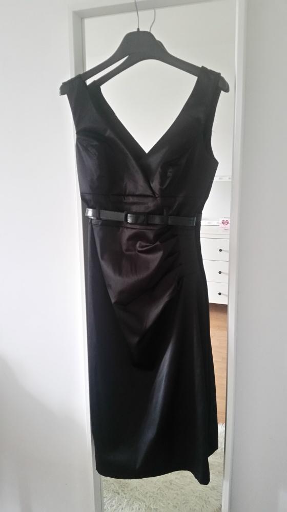 elegancka czarna sukienka zdobiona paskiem głęboki dekolt