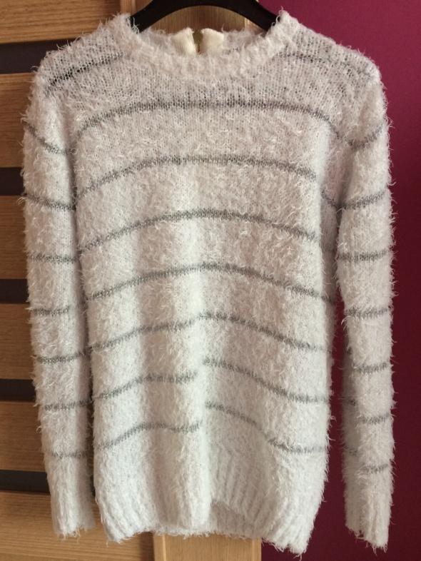 Włochaty biały sweterek Troll ze srebrną nicią...