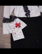Czarna koronka na białej bluzce...