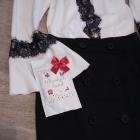 Czarna koronka na białej bluzce