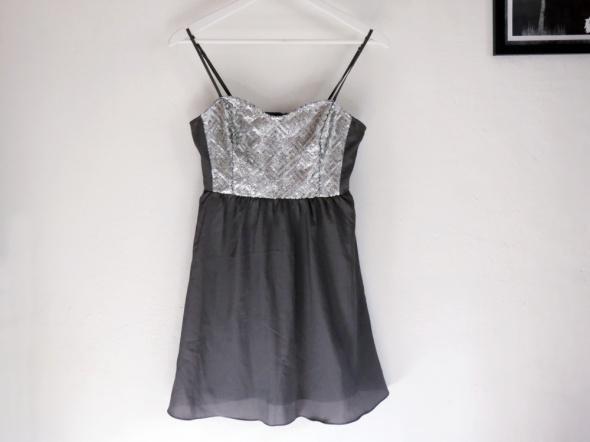 Sukienka z cekinami rozkloszowana srebrna