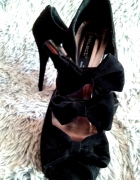 Czarne z kokardami...