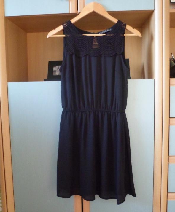 Czarna mini sukienka House z gumką w pasie mała czarna krótka...