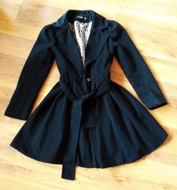 Czarny taliowany rozkloszowany płaszcz NOWY M także S