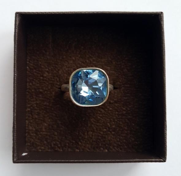 Efektowny pierścionek z niebieskim kryształkiem 14